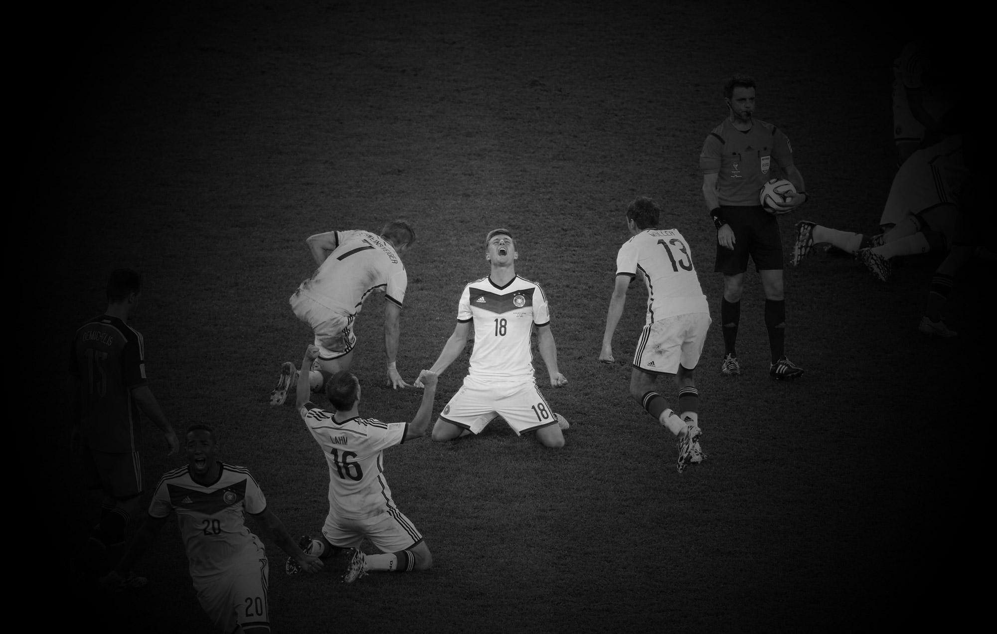 Toni Kroos feiert den WM-Titel 2014.
