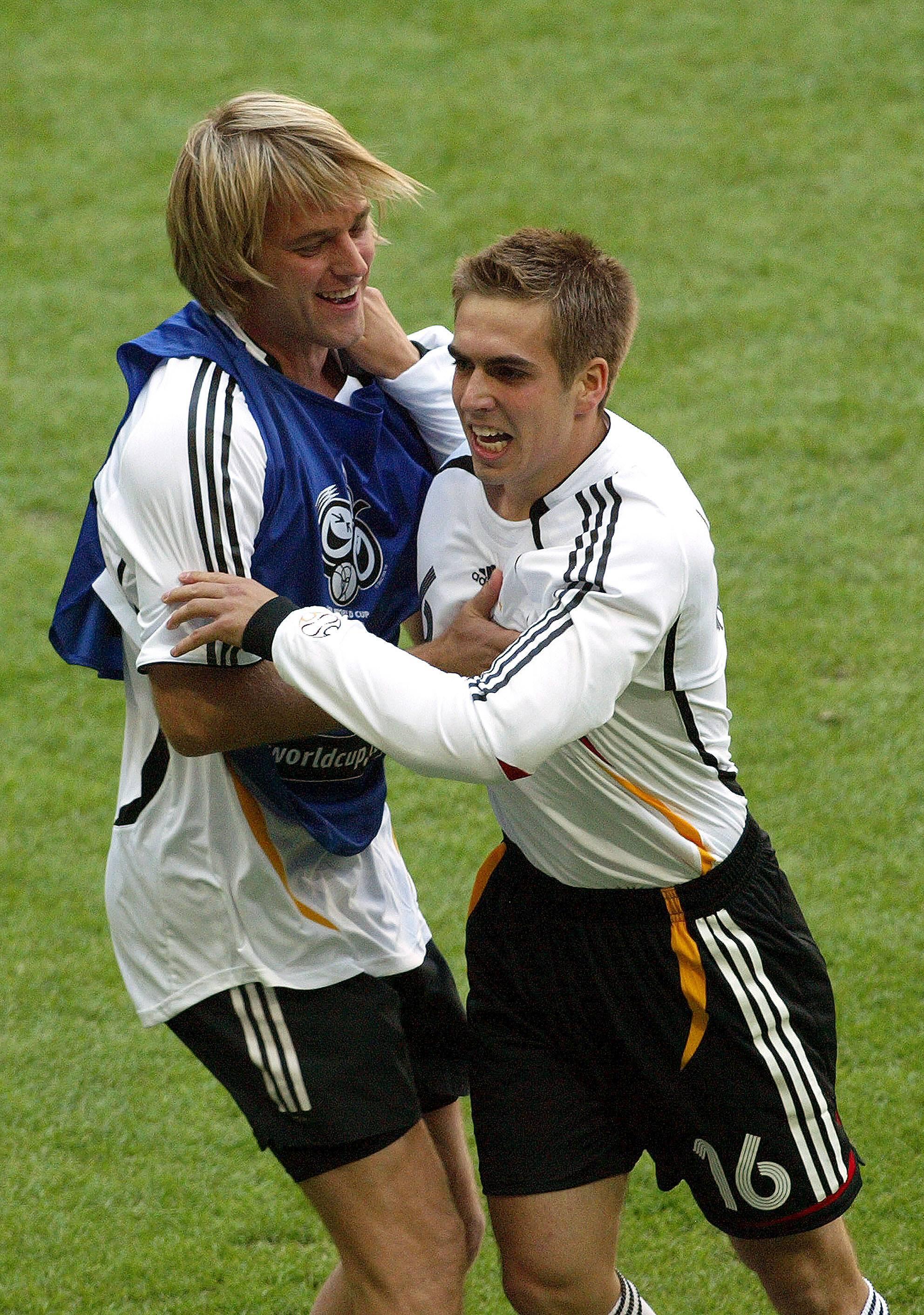 Timo Hildebrand und Philipp Lahm feiern sein Tor.